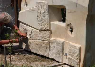 """Ruppert János """"Portál"""", homokkő, acél, 1,7 x 2,5 m, Izsnyéte"""