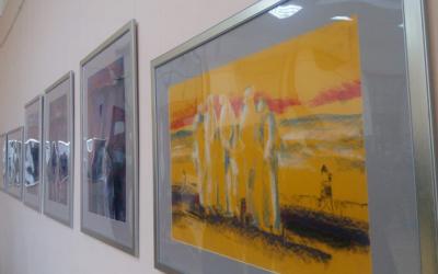 """Закарпатський митець у Чернівцях виставкою """"По п'ять"""" показав трагічну долю репресованих земляків"""